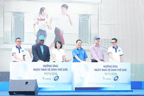 Các đại biểu thực hiện nghi thức cam kết nâng cao điều kiện vệ sinh cho người dân Việt Nam. (Ảnh: PV/Vietnam+)