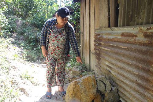 Gia đình chị Nhân phải sống thấp thỏm trước tình trạng lở núi nghiêm trọng.