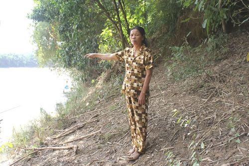 Tình trạng hút cát trộm trên sông Thu Bồn khiến 2 bên bờ sạt lở nặng.