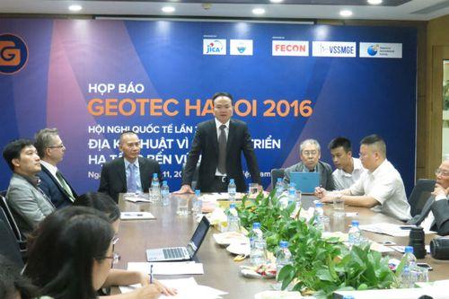 Chủ tịch HĐQT Công ty cổ phần FECON Phạm Việt Khoa (đứng giữa) đánh giá, chất lượng các bài tham luận tham gia GEOTEC HANOI của các nhà khoa học trẻ Việt Nam ngày càng nâng cao (Ảnh: K.T)