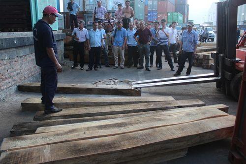 Và dùng cả máy xúc để phá các khối gỗ