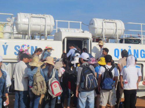 Tàu chở khách và hàng hóa vào đất liền sau nhiều ngày mắc kẹt tại đảo Lý Sơn, tỉnh Quảng Ngãi Ảnh: VĂN MỊNH