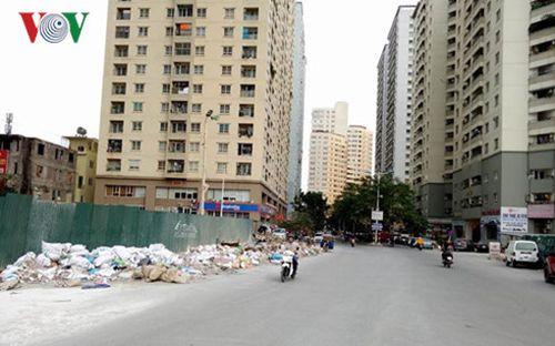 Phế thải vật liệu xây dựng chất đống, khu đô thị Văn Khê, phường La Khê, Hà Đông. Ảnh: P.V