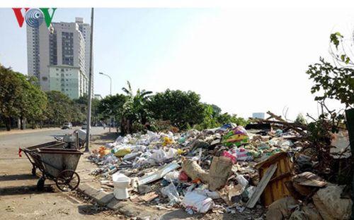 Rác thải bủa vây đường bán đảo Linh Đàm, phường Hoàng Liệt, quận Hoàng Mai. ( Ảnh: P.V).