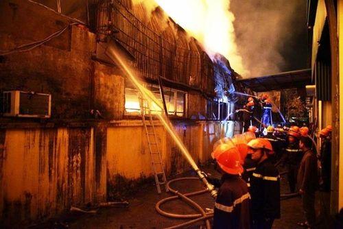 Lực lượng Cảnh sát PCCC nỗ lực dập lửa.