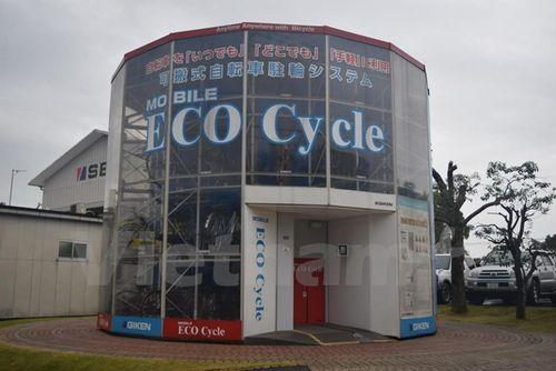 Xe đạp được đặt lên các giá đỡ xếp chồng lên nhau để tiết kiệm diện tích. (Ảnh: Nguyễn Tuyến/Vietnam+)