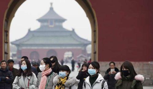Du khách đeo khẩu trang do ô nhiễm không khí ở Bắc Kinh Ảnh: EPA