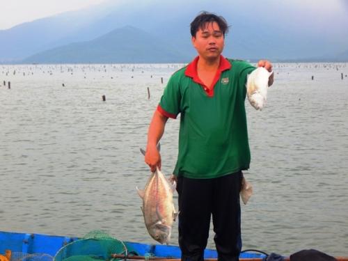 Cá nuôi chết hàng loạt, người dân xót xa vớt đi chôn