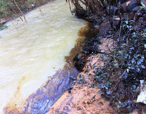 Bình Định: Trăm thùng dầu bị quật vỡ theo lũ xối qua nhà dân