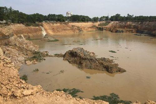 Vụ khai thác đất trái phép sát sân bay Nội Bài: Tạm giam 2 đối tượng thu lợi bất chính gần 2,5 tỷ đồng