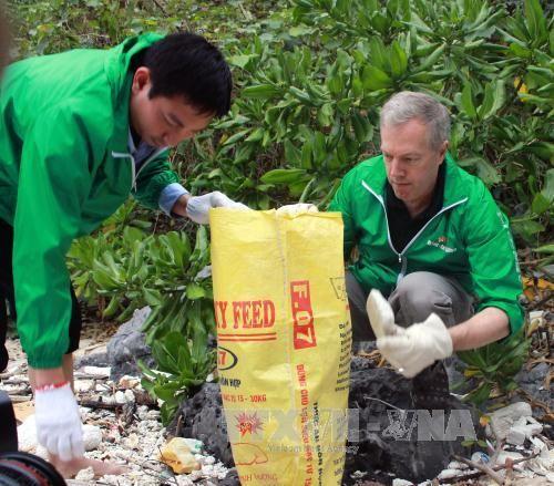 Thu gom rác trên biển, vì một Hạ Long xanh