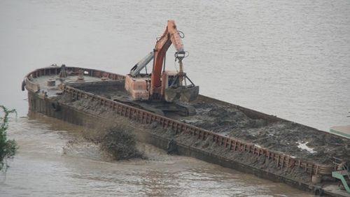 Hà Nội xử lý 3 cảnh sát giao thông trong vụ xả thải xuống sông Hồng