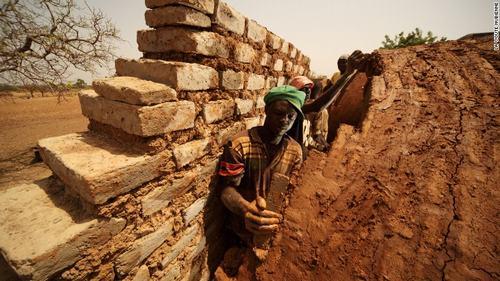 Những căn nhà chống lại khủng hoảng khí hậu ở Tây Phi