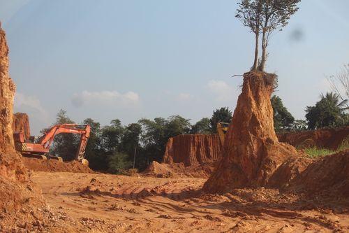 """Hỗn loạn khai thác đất ở Thanh Hóa:  Kỳ I: Ai đang """"bảo kê"""" cho đất tặc phá nát núi đồi?"""