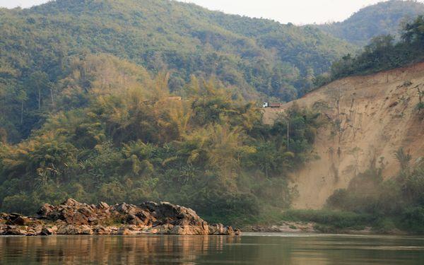 Ngắm dòng sông mẹ trước nguy cơ tàn phá