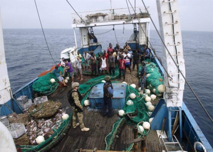 Cấm trung chuyển hàng hóa trên các tàu ngoài khơi để ngăn chặn đánh bắt cá trái phép