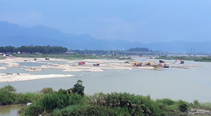 Có chuyện bán trộm cát trên sông Trà Khúc ra ngoài