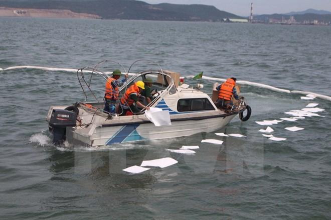 Nhân viên tiếp dầu bất cẩn khiến dầu loang ra biển ở Nghi Sơn