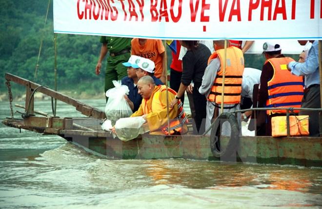 Phóng sinh hơn 1,2 tấn cá giống tái tạo nguồn lợi thủy sản sông Lô