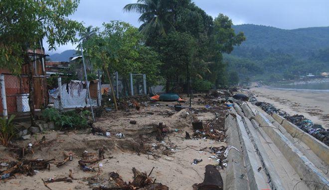 Đà Nẵng nước biển xâm thực trong bão làm sạt lở nhà dân