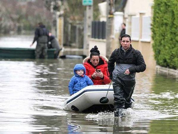 """Paris """"thất thủ"""" vì lũ lụt, 1.500 người di tản"""
