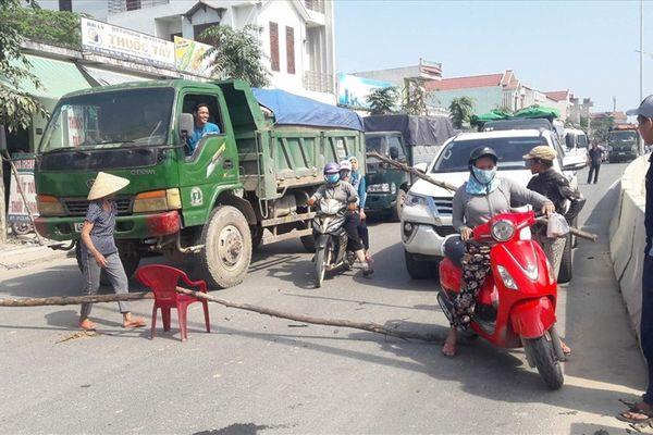 Đà Nẵng: Người dân rào đường, phản đối xe tải chở đất đá gây ô nhiễm