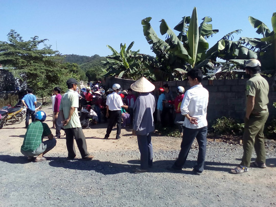 Hàng trăm hộ dân dựng lều chặn xe ra vào công ty nuôi heo