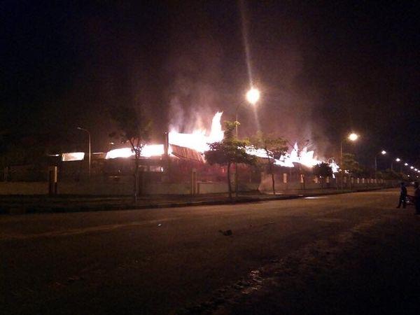 Cháy rừng rực kho bông sợi ở Móng Cái