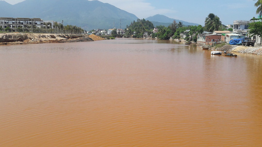 Hơn 8 km sông Cu Đê chuyển sang màu đỏ gạch là do san lấp mặt bằng