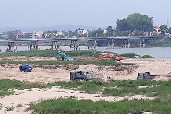 Chủ tịch Quảng Ngãi chỉ đạo xử lý việc khai thác cát dọc sông Trà Khúc