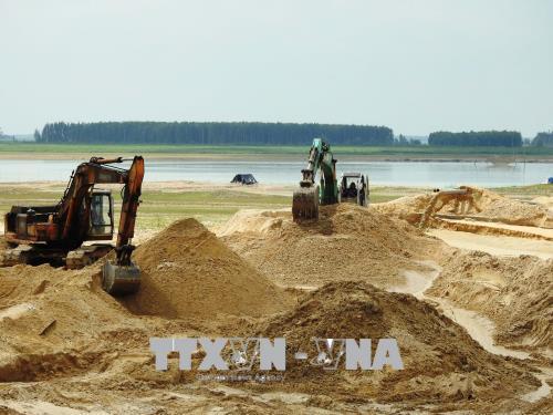 Cấp phép hoạt động kinh doanh cát và bến thủy nội địa lòng hồ Dầu Tiếng gây nhiều bức xúc