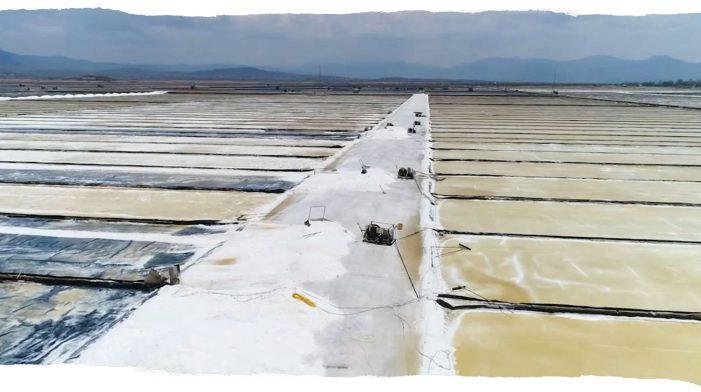 Cánh đồng muối trên núi mặn đắng lòng vùng quê nghèo