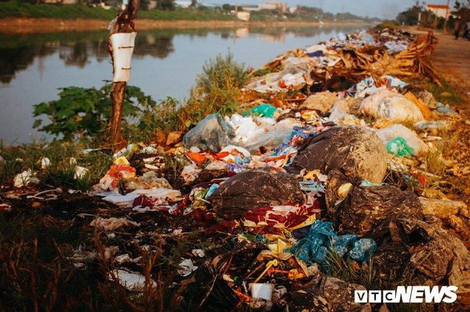Kinh hãi những núi rác khổng lồ ven sông tra tấn người dân Thủ đô