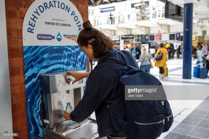 """Anh dùng vòi nước công cộng để chai nhựa """"ra rìa"""""""