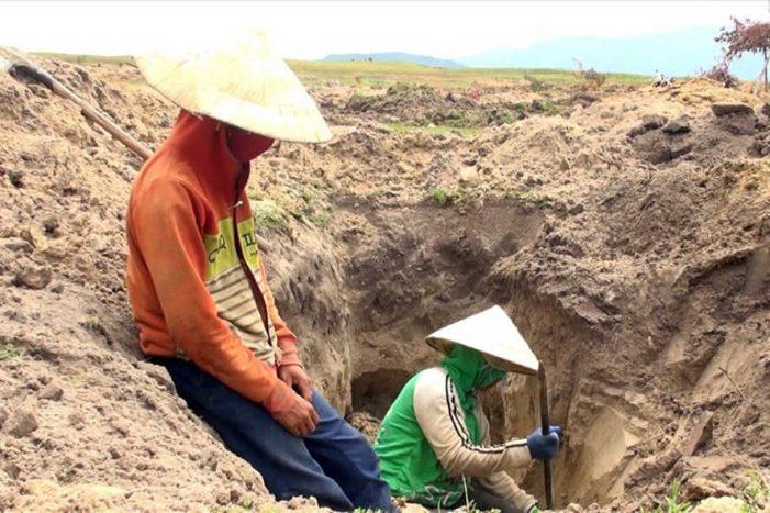 Kiểm tra việc dân đổ xô đào bới đá đen ở lòng hồ thủy điện Sông Hinh