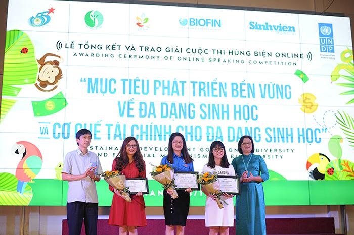 Nữ sinh Học viện Tài chính giành Nhất cuộc thi hùng biện online đa dạng sinh học