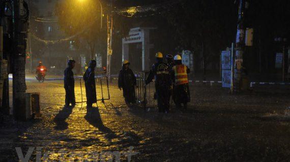 Người dân TP.HCM vật lộn với mưa lớn, học sinh được nghỉ học