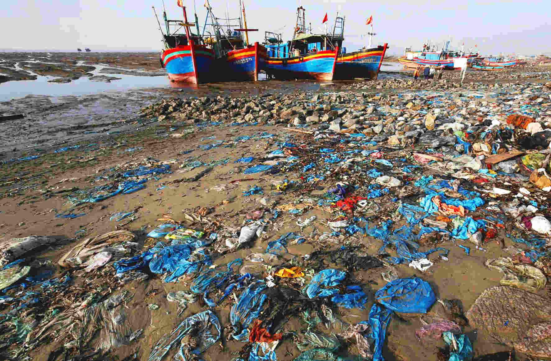 Hình ảnh bãi biển ở Thanh Hóa đầy rác trong bài báo trên tờ Reuters tháng tư vừa qua.