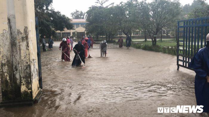 Mưa lũ suốt 1 tuần, hơn 8.000 học sinh ở Huế chưa thể đến trường