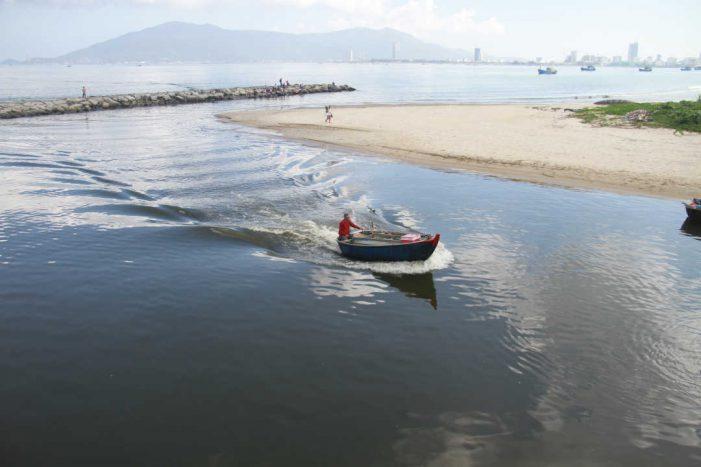 Đà Nẵng: Nước biển lại đổi màu đen sau Tết