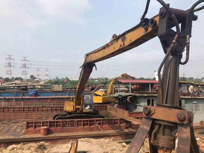 Bắt quả tang 5 tàu khai thác cát trái phép trên sông Hồng