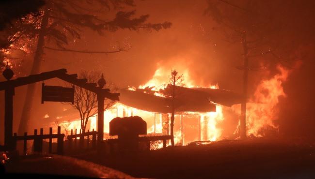 Bầu trời đêm rực đỏ do cháy rừng thảm khốc ở Hàn Quốc