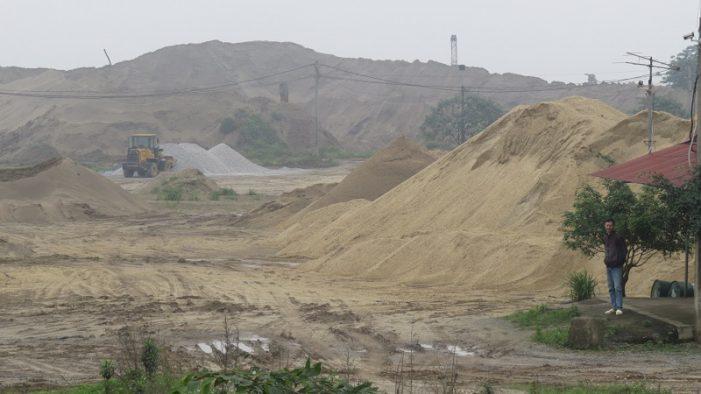 Người dân thị trấn Phú Minh ngộp thở vì xe quá tải: Do bãi tập kết khoáng sản trái phép gây ra