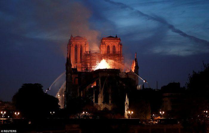 Toàn cảnh Nhà thờ Đức Bà Paris 850 tuổi chìm trong biển lửa