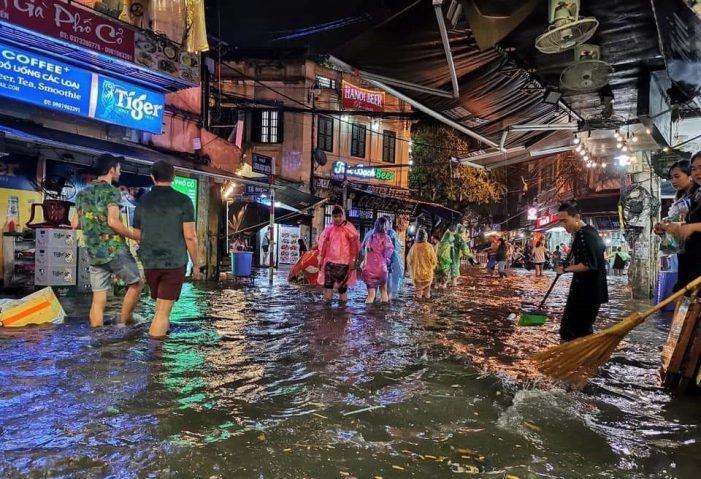 Mưa lớn và dông lốc: 1 người chết, gần 3.000 ngôi nhà sập và hư hỏng