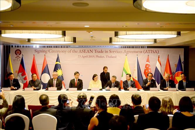 Các Bộ trưởng Kinh tế ASEAN ký kết 2 văn kiện về thương mại dịch vụ và đầu tư