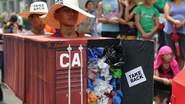 Philippines ra hạn chót cho Canada đem rác về nước