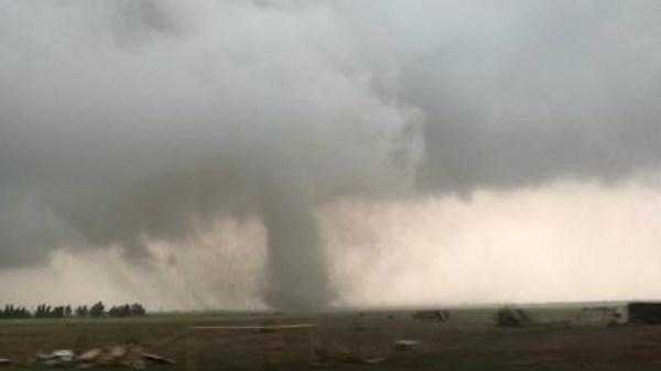 Mỹ: Lốc xoáy cuồn cuộn ở Oklahoma, Missouri tuyên bố tình trạng khẩn cấp do bão, lũ