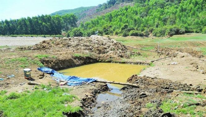 Hồ chứa nước Hóc Sình bị xâm hại