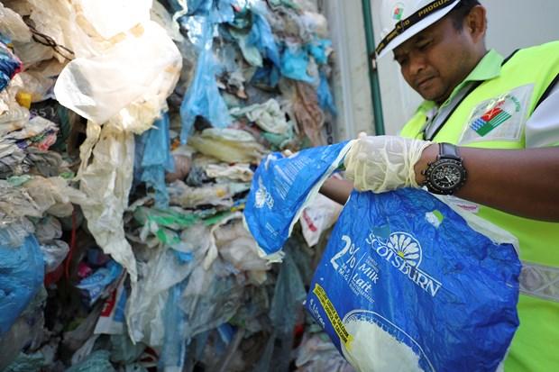 Malaysia gửi trả 3.000 tấn rác thải nhựa về nước xuất xứ